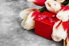 Ramalhete das tulipas cor-de-rosa brancas em um fundo cinzento Vista superior, bobina Fotografia de Stock