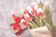 Ramalhete das tulipas cor-de-rosa brancas em um fundo cinzento Vista superior tonelada Fotos de Stock