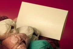 Ramalhete das tulipas do papel e do envelope em um fundo vermelho, espaço da cópia felicitações no dia do ` s da mãe, dia do ` s  Foto de Stock Royalty Free