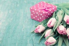 Ramalhete das tulipas e da caixa de presente no backgr de madeira rústico de turquesa Imagens de Stock