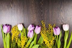 Ramalhete das tulipas em um fundo de madeira Fotografia de Stock Royalty Free