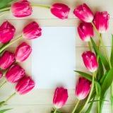 Ramalhete das tulipas em um fundo de madeira com espaço para o texto Fotos de Stock Royalty Free