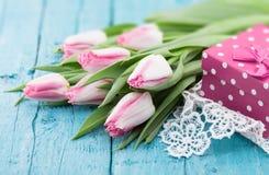 Ramalhete das tulipas no fundo de madeira rústico de turquesa Mola Imagem de Stock Royalty Free