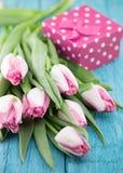 Ramalhete das tulipas no fundo de madeira rústico de turquesa Mola Foto de Stock