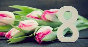 Ramalhete das tulipas no fundo de madeira rústico escuro Flowe da mola Imagens de Stock