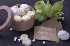 Ramalhete de callas amarelos verdes com marshmallows em uma caixa redonda de madeira e de envelope com rotulação do dia feliz do  Fotos de Stock