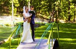 Ramalhete de cheiro das noivas do noivo na ponte fotografia de stock