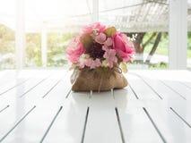 Ramalhete de flores artificiais bonitas na tabela de madeira branca Fotos de Stock Royalty Free