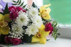 Ramalhete de flores bonitas na janela Imagem de Stock Royalty Free