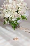 Ramalhete de flores bonitas no vaso Imagem de Stock
