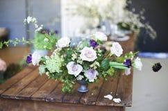 Ramalhete de flores cor-de-rosa em uma tabela Fotografia de Stock