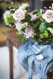 Ramalhete de flores cor-de-rosa em uma tabela Fotografia de Stock Royalty Free