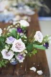 Ramalhete de flores cor-de-rosa em uma tabela Foto de Stock