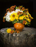 Ramalhete de flores do jardim: crisântemos, Gaillardias, sunflowe Fotos de Stock Royalty Free