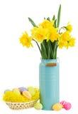 Ramalhete de flores dos narcisos amarelos com ovos da páscoa Imagem de Stock