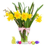 Ramalhete de flores dos narcisos amarelos com ovos da páscoa Fotografia de Stock Royalty Free