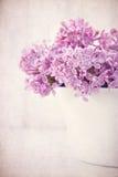 Ramalhete de flores lilás roxas no fundo do vintage Imagem de Stock Royalty Free