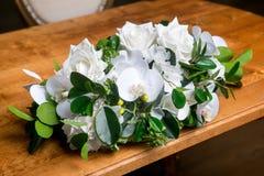 Ramalhete de flores misturadas bonitas no vaso em uma tabela Grupo de flores bonito Trabalho do florista profissional Wedding ou  imagem de stock