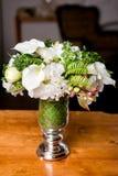 Ramalhete de flores misturadas bonitas no vaso Grupo de flores bonito Trabalho do florista profissional Wedding ou da decoração d imagens de stock