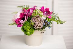 Ramalhete de flores misturadas bonitas no vaso Grupo de flores bonito Trabalho do florista profissional Wedding ou da decoração d imagens de stock royalty free