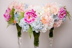 Ramalhete de flores misturadas bonitas no vaso Grupo de flores bonito Trabalho do florista profissional Wedding ou da decoração d fotografia de stock