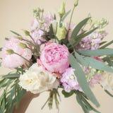 Ramalhete de flores pasteis coloridas na mão Imagem de Stock