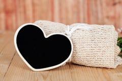 Ramalhete de flores secadas com coração de madeira Imagem de Stock Royalty Free