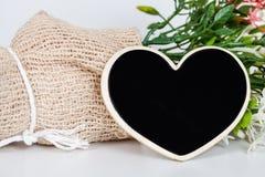 Ramalhete de flores secadas com coração de madeira Fotos de Stock Royalty Free
