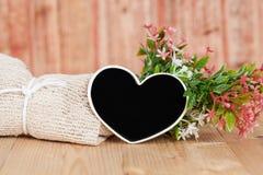 Ramalhete de flores secadas com coração de madeira Fotos de Stock