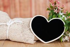 Ramalhete de flores secadas com coração de madeira Imagens de Stock Royalty Free