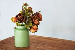 Ramalhete de flores secadas no vaso no fundo da tabela e da luz Um ramalhete de flores secadas em um vaso Flores secas Fotos de Stock