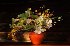 Ramalhete de flores selvagens em um fundo de madeira no estilo do vintage Foto de Stock Royalty Free