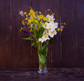 Ramalhete de flores selvagens em um fundo de madeira no estilo do vintage Fotos de Stock