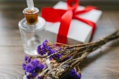 Ramalhete de flores selvagens, uma caixa com espírito de uma fita do vermelho Foto de Stock