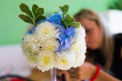 Ramalhete de flores simples na tabela Imagens de Stock Royalty Free