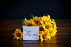 Ramalhete de margaridas grandes amarelas em um preto Foto de Stock Royalty Free