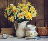 Ramalhete de narcisos amarelos amarelos em um jarro branco Imagem de Stock Royalty Free