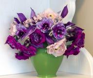Ramalhete de peônias cor-de-rosa e roxas Flores artificiais feitas de s Imagem de Stock Royalty Free