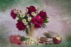 Ramalhete de peônias brilhantes Foto de Stock Royalty Free