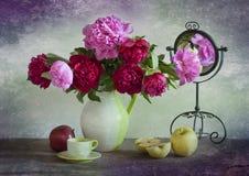 Ramalhete de peônias brilhantes Fotografia de Stock Royalty Free