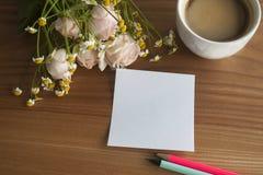 Ramalhete de Rosa e de margarida com coffe e etiqueta e lápis Foto de Stock Royalty Free