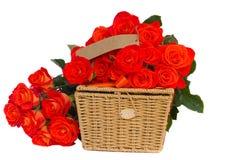 Ramalhete de rosas alaranjadas brilhantes com cesta fotografia de stock