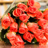 Ramalhete de rosas alaranjadas em uma tabela de madeira com reflexão Fotos de Stock Royalty Free