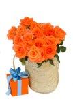 Ramalhete de rosas alaranjadas na cesta imagens de stock royalty free