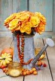Ramalhete de rosas alaranjadas na lata molhando de prata Foto de Stock Royalty Free