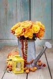 Ramalhete de rosas alaranjadas na lata molhando de prata Fotografia de Stock
