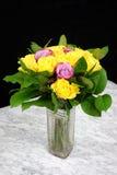 Ramalhete de rosas amarelas com roxo três no vaso de vidro Imagens de Stock Royalty Free