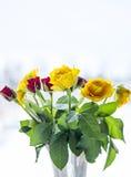 Ramalhete de rosas amarelas e vermelhas no vaso Imagem de Stock
