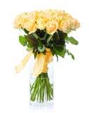Ramalhete de rosas amarelas no vaso de vidro sobre o branco Foto de Stock