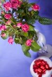 Ramalhete de rosas cor-de-rosa com caixas de presente redondas imagem de stock